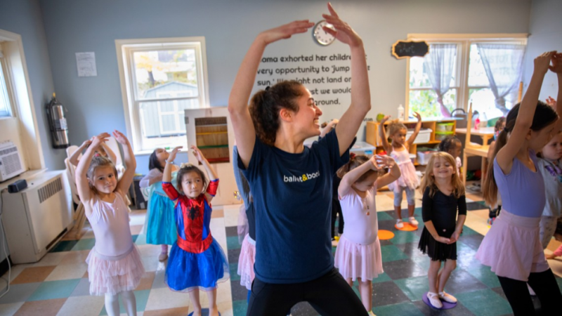 Talia Bailes leading a Ballet and Books class